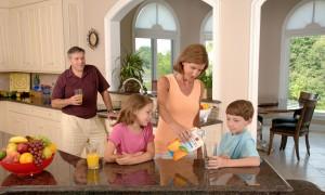 Familia tranquila con su alarma en el hogar